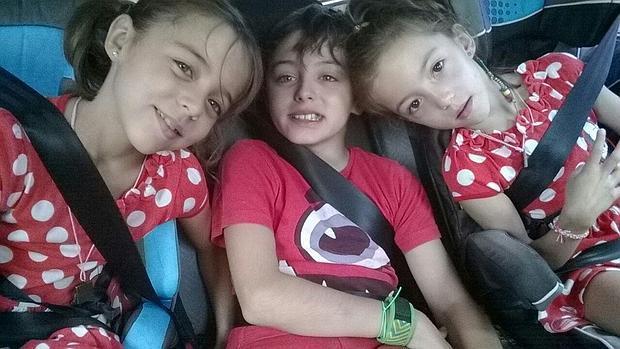 Javier y Celeste (a la derecha) padecen el síndrome de Leigh. A la izquierda, su hermana Violeta - ABC