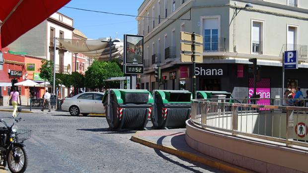 Contenedores en una de las calles del centro de Dos Hermanas - L.M.