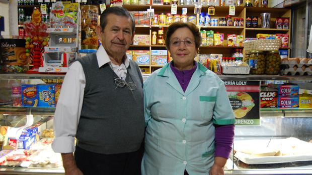 Santiago Ruiz y Dolores Bulnes, en su panadería de Montequinto / L.MONTES