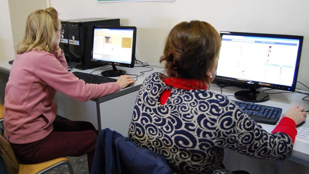 Alumnas de un curso de nuevas tecnologías de la biblioteca / L.M.