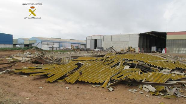 Restos de uralita en la demolición de la nave / ABC