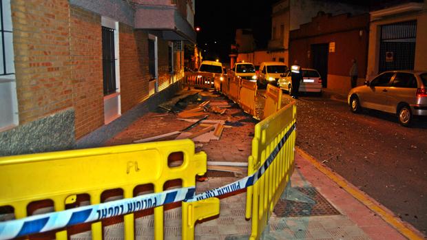 Restos materiales en la calle por la explosión - L. MONTES