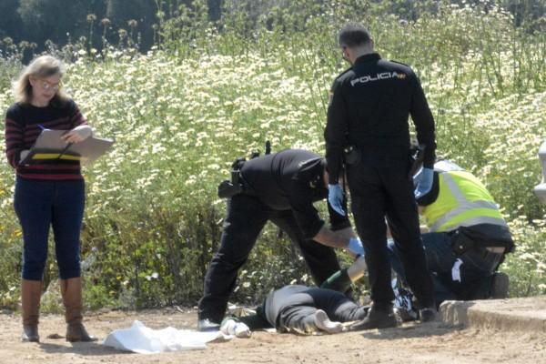 Agentes de la Policía Nacional y la forense, junto al cuerpo de la fallecida. / Manuel Gómez