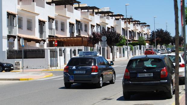 Un coche de autoescuela por Las Infantas / L.M.
