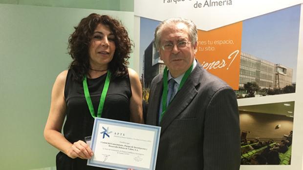 La delegada Carmen Gil recoge el diploma de socio - ABC