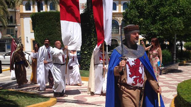 Vecinos de Fuente del Rey anunciando la recreación - L. M.