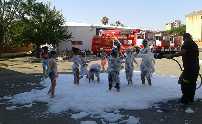 Niños saharauis en una actividad con los Bomberos de Dos Hermanas / ABC