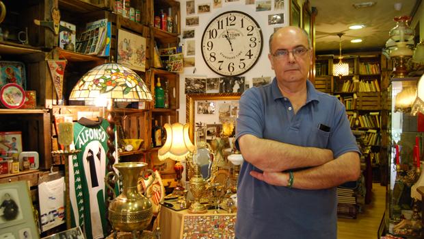 Javier Rivero, en el interior de la tienda - L.M.