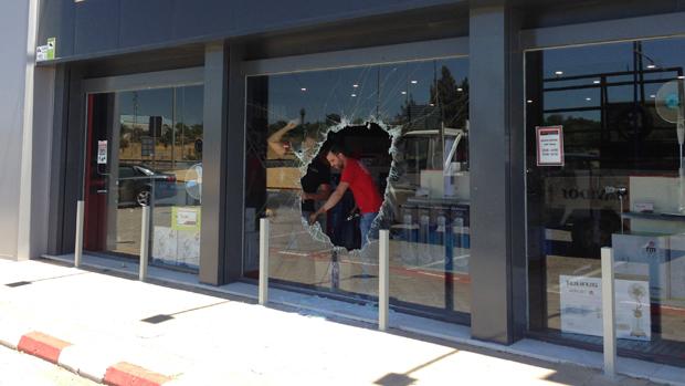 Los ladrones rompieron el escaparate para acceder a la tienda - L. MONTES