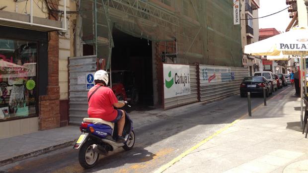 Foto Calle cortada al tráfico por obras en un edificio - L. M.