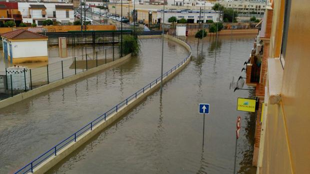 Calle de Dos Hermanas anegada por la lluvia - J. M. LINERO